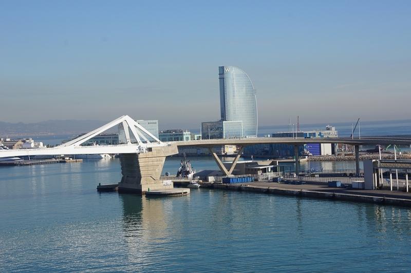 Einfahrt mit dem Kreuzfahrtschiff in den Hafen von Barcelona