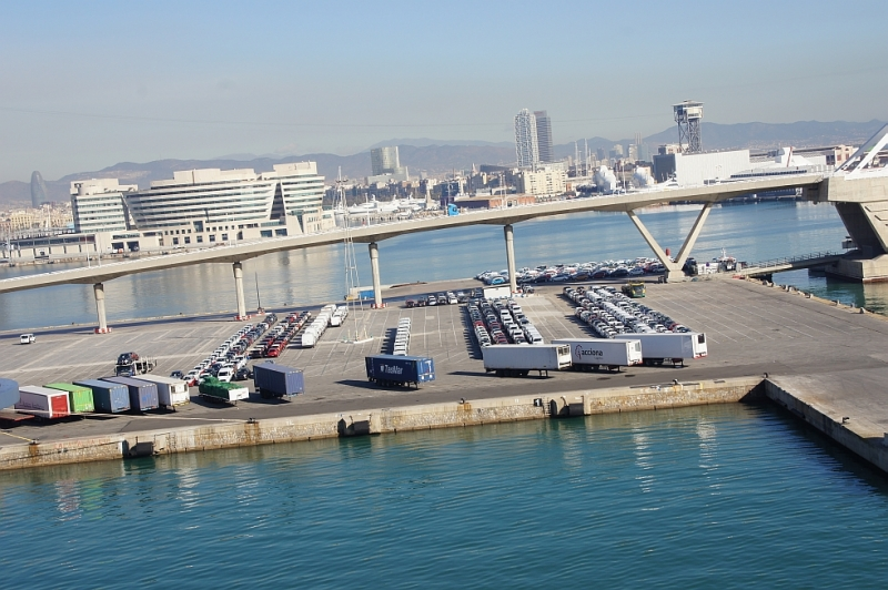 Große Kreuzfahrtschiffe halten im Industriehafen.