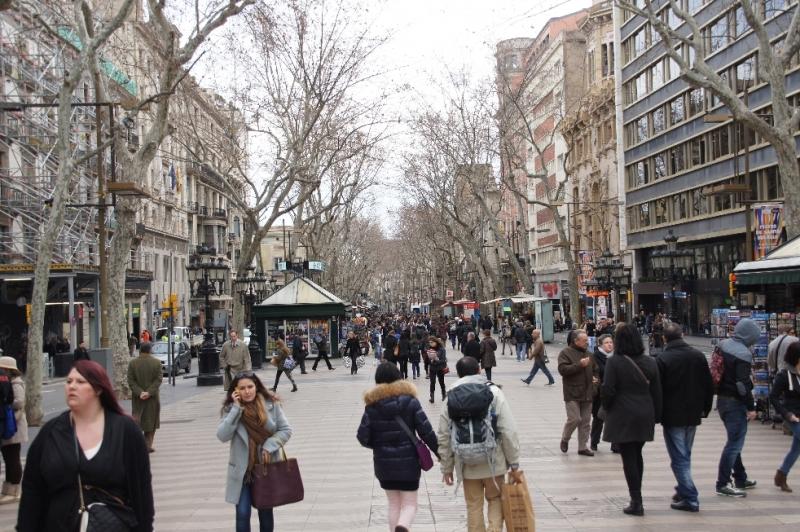Die etwa 1,3 Kilometer lange Straße reicht vom Plaça Catalunya, wohl der zentralste Verkehrsknotenpunkt in Barcelona, bis zum Hafen. Den Abschluss bildet die weithin sichtbare Kolumbus-Säule.