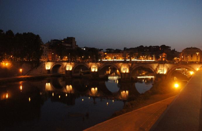 Engelsbrücke bei Nacht