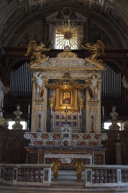 Hauptaltar und dahinter die Orgel