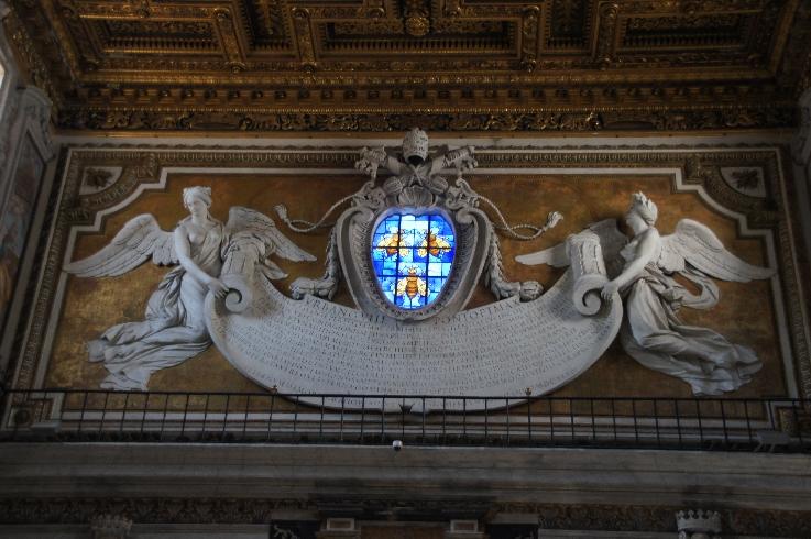 Mit der Inschrift über dem Haupteingang feiert Papst Urban VIII. Barberini das Ende der Pestepidemien, die im 17. Jh. wüteten.