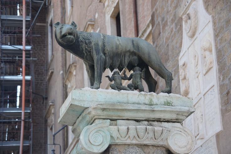 Romulus und Remus von der Wölfin gesäugt.