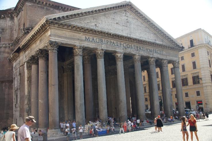Der Begriff Pantheon wird heute allgemein auf ein Gebäude angewendet, in dem bedeutende Persönlichkeiten bestattet sind, was von der späteren Nutzung des römischen Pantheons herrührt