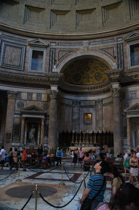 Altar im Pantheon. Hinter dem Hauptaltar gibt es eine Kopie einer Ikone der Madonna aus dem 13. Jahrhundert.