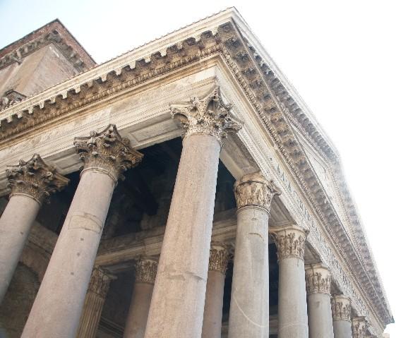 aus einem Block gehauenen korinthischen Säulen aus grauem Granit