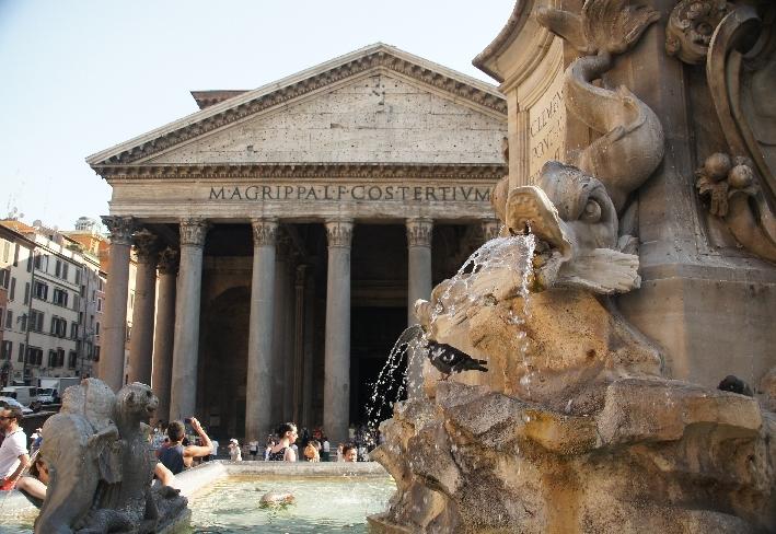 Brunnen mit Blick auf Pantheon