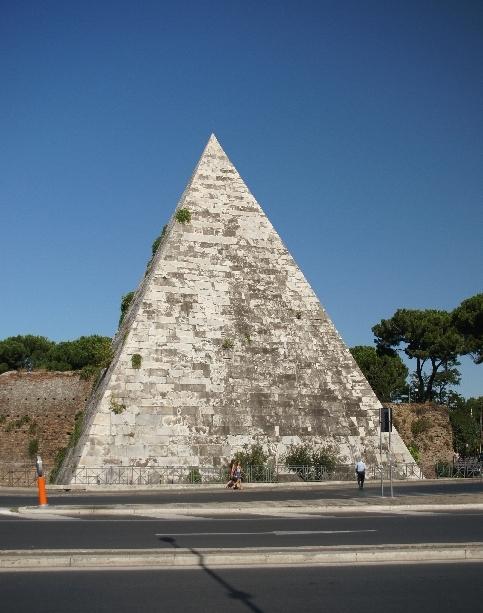 Piramide direkt am Friedhof Cimitero acattolico