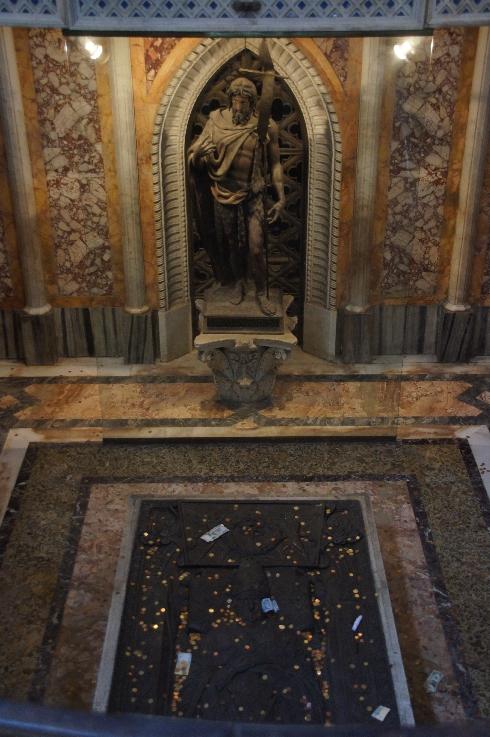 Statue Johannes' des Täufers unterhalb des Papstaltares in der ihm geweihten Lateranbasilika