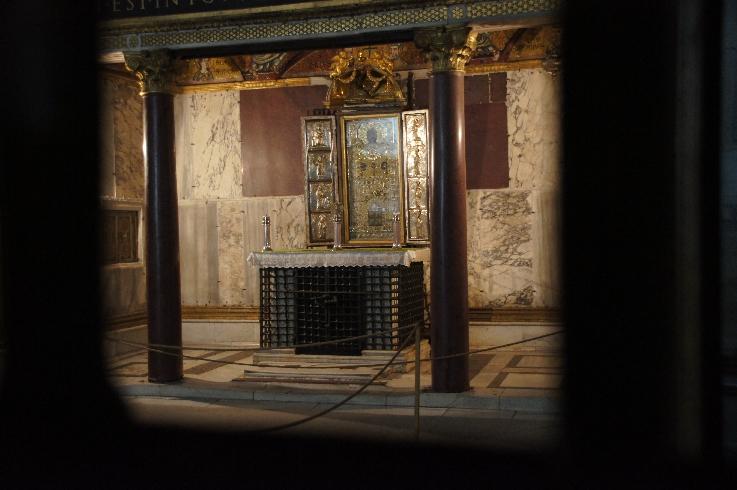 """Altar der Sancta Sanctorum, leider ist die Inschrift über dem Altar nicht mit auf dem Bild. Dort steht aus dem lateinischen übersetzt: """"Es gibt auf der ganzen Welt keinen heiligeren Ort"""""""