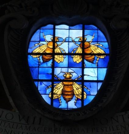 Über dem Eingang der Kirche, den man über die Freitreppe erreicht, befindet sich ein Farbglasfenster mit drei Bienen, den Wappentieren des Papstes Urban VIII. Barberini.