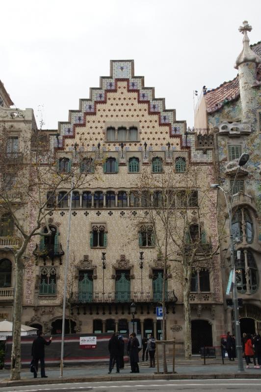 Links neben dem Casa Batlló befindet sich das Casa Amatller, ebenfalls ein sehr schönes Gebäude der Modernisme. Es hat eine relativ klare Fassade und steht damit schon im Kontrast zum Casa Batlló.
