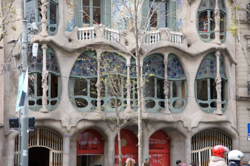 Im ersten Stock dieses Hauses erinnern die Formen an Pflanzen und Höhlen, die Balkonbrüstungen an Schädelknochen.