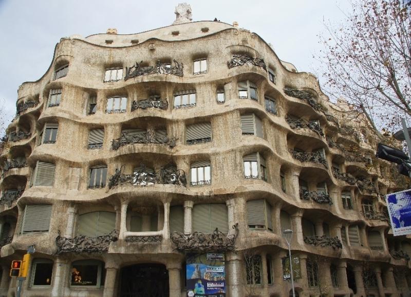 Der helle Stein und die ansonsten farblose Fassade unterscheidet sich von allen anderen Werken Gaudis.
