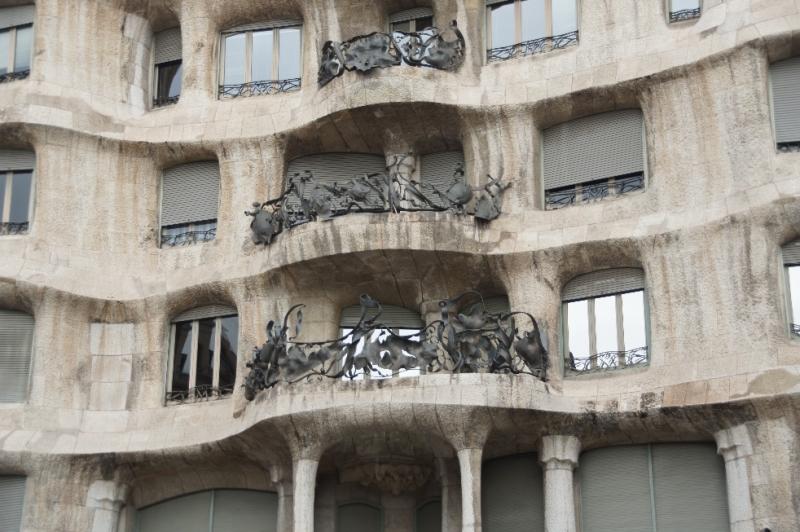"""Den Kosenamen """"Steinbruchhaus"""" bekam die Casa Milà allerdings wegen der ungewöhnliche Bauweise. Die großen Steinplatten der Fassade wurden zunächst angebracht und dann von den Handwerkern verarbeitet."""