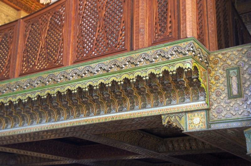 Die Holzschnitzeren sind aus Zedernholz. Kunsthandwerker aus dem ganzen Königreich trugen schließlich dazu bei, eine Fläche von über 53000 qm mit Holzschnitzereien zu verzieren