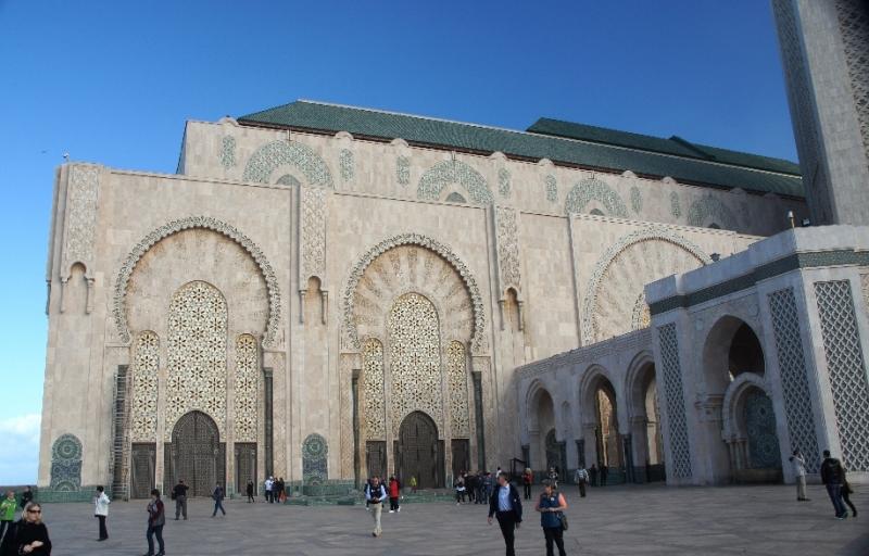 Man konnte noch vieles andere fotografieren, die Moschee hatte einfach eine unglaubliche Größe. Übrigens: Die Dachabdeckung besteht aus 300 000 Ziegeln, die eigens aus Aluminiumguss hergestellt wurden und an herkömmliche glasierte Keramikziegel erinnern, jedoch nur ein Viertel ihres Gewichts aufweisen.