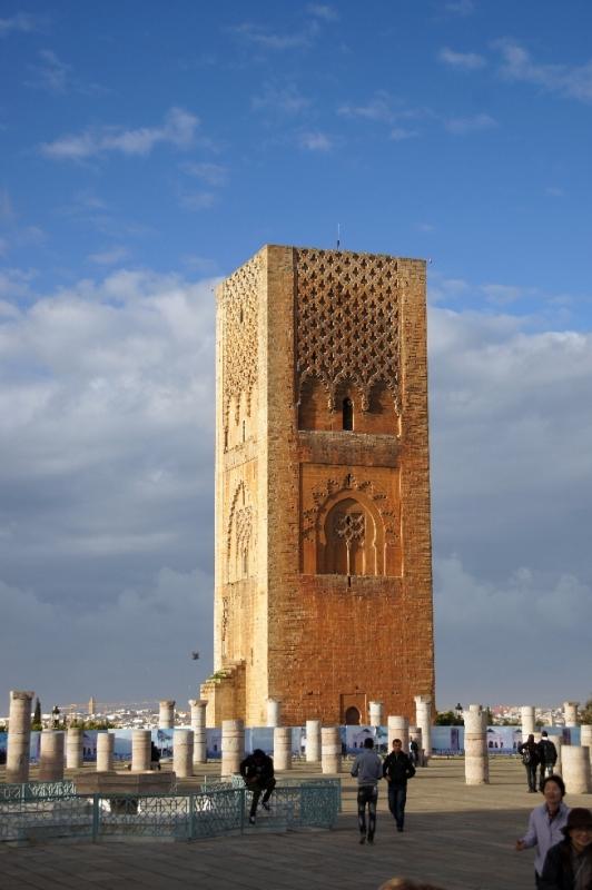 Der unvollendete Hassanturm mit seiner Säulenumgebung