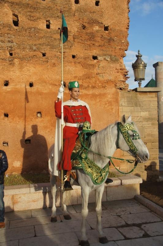 Das Mausoleum wird Tag und Nacht von Wachposten in altmaghrebinischer Uniform bewacht. Zu Fuß und auch zu Pferd stehen Sie am Eingang zur Esplanada der Moschee von Hassan.