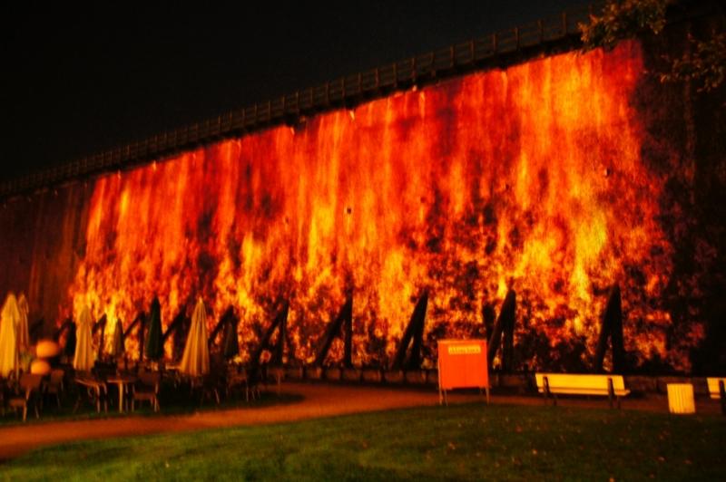Und hier noch Feuerwand noch einmal, aber diesmal von meiner Camera dramatisch verändert. Da kribbelt es einem doch in den Händen, die Feuerwehr zu rufen.