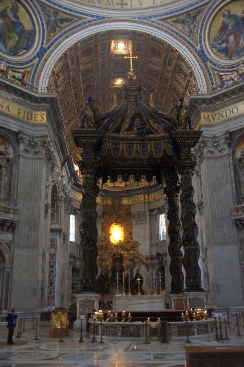 Bronzebaldarchin über dem Papstaltar