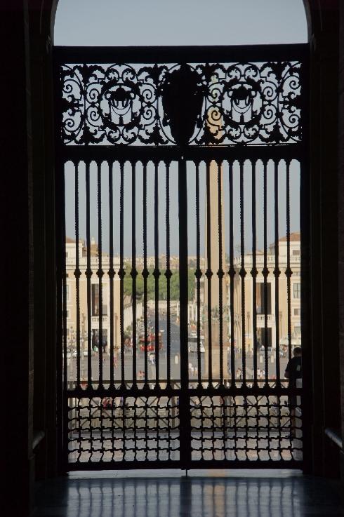 Blick aus dem Atrium auf den Petersplatz mit dem Obelisken