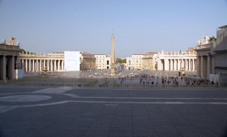 Gesamtansicht des Petersplatzes mit den Arkaden vom Dom aus gesehen.