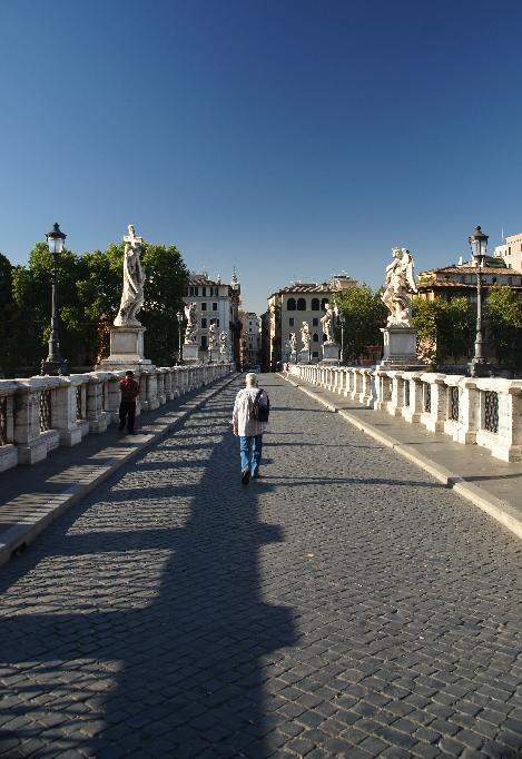 Die Ponte Sant' Angelo verbindet die Innenstadt mit der Engelsburg