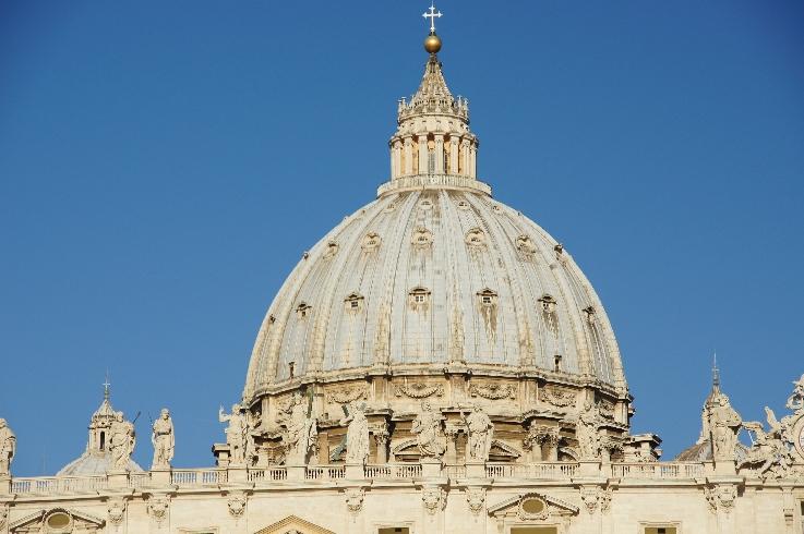 Kuppel des Petersdoms. Da kann man hochlaufen und dann auf einem Rundgang oberhalt der Kuppel über Rom gucken.