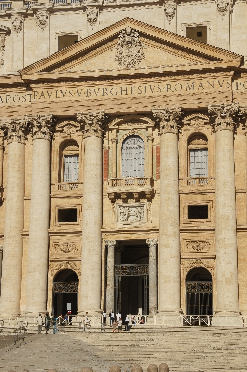 Segensloge des Papstes. Sehen Sie sich mal die Menschen auf dem Bild an, dann wissen Sie, wie weit man bei einer Segnung auf dem Petersplatz stehend, vom Papst entfernt ist.
