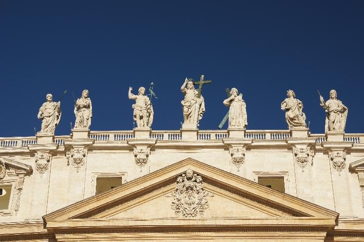 Statuen auf der Eingangsbalustrade von St. Peter. Leider sind nicht alle mit drauf.