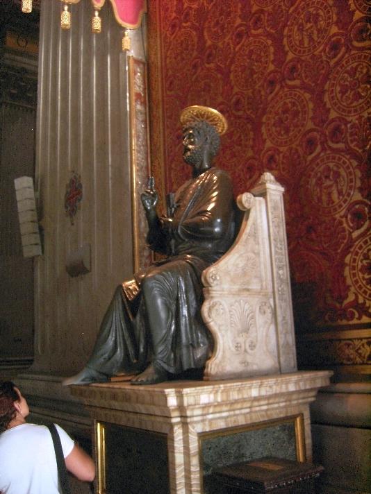 Bronzestatue des heiligen Petrus.