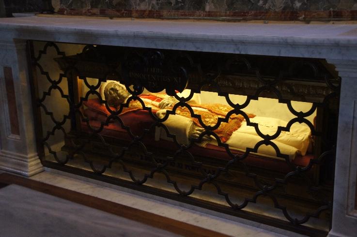 Die Grabstätte von Papst Innozenz XI. ist seit seiner Verlegung 2011 in der Transfigurationskapelle.