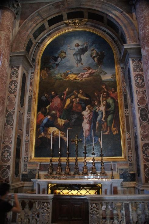 Hier sieht man Christus, der sich im Licht zwischen Moses und Elias befreit, in Anwesenheit von Petrus, Jakob und Johannes. Auf der linken Seite knien die Märtyrer Felix und Agapito, deren am 6. August gedacht wird. Das Mosaikaltarbild wurde 1768 fertiggestellt.