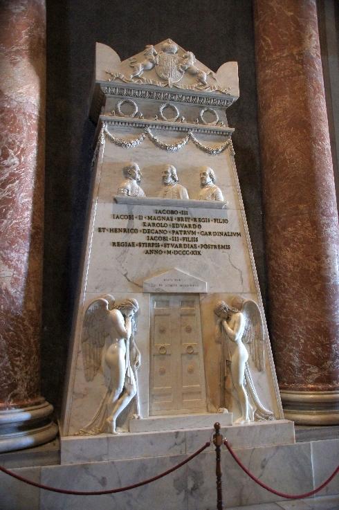 Das Denkmal für die königlichen Stuarts. Es erinnert an die letzten drei Mitglieder des königlichen Hauses Stuart: James Francis Edward Stuart, sein ältester Sohn Charles Edward Stuart und sein jüngerer Sohn, Henry Benedict Stuart. Die Marmor-Denkmal ist von Antonio Canova, dem berühmtesten italienischen Bildhauer seiner Zeit.Es hat folgende Inschrift: IACOBO · III Iacobi · II · Magnae · BRIT · REGIS · FILIO KAROLO · EDVARDO ET · HENRICO · DECANO · patrum · CARDINALIVM Iacobi · III · FILIIS Regiae · STIRPIS · STVARDIAE · POSTREMIS ANNO · M · DCCC · XIX (James III, Sohn von König James II von Großbritannien, den Charles Edward und Henry, Dekan des Kardinal Väter, Söhne von James III, dem letzten des Königshauses von Stuart. 1819)