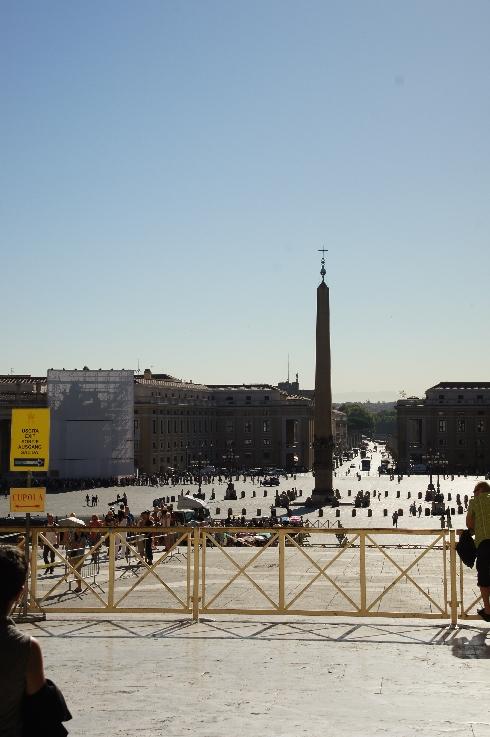 Blick aus dem Petersdom zum Obelisken.