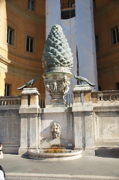 Der Pinienzapfen und die Pfauen. Hochmittelalterliche Quellen bezeugen die Präsenz der Pfauen in der Gegend des Mausoleums Hadrians (117-138 n. Chr.), der heutigen Engelsburg.