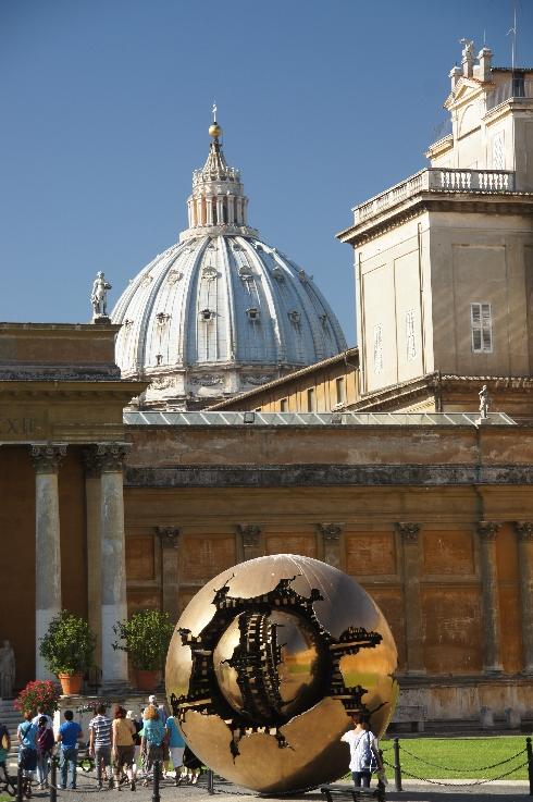 """Das Kunstwerk """"Sfera con Sfera"""" harmoniert so hervorragend mit der Kuppel des Petersdoms."""