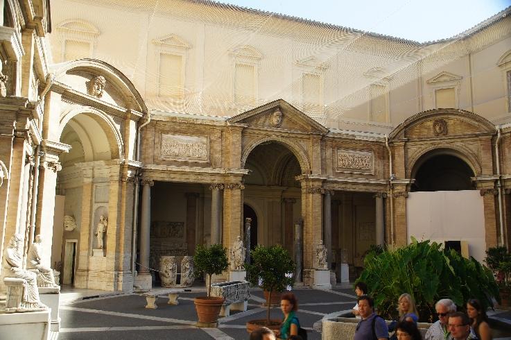 """Gebäudefront im Hof """"Cortile Ottagono"""""""