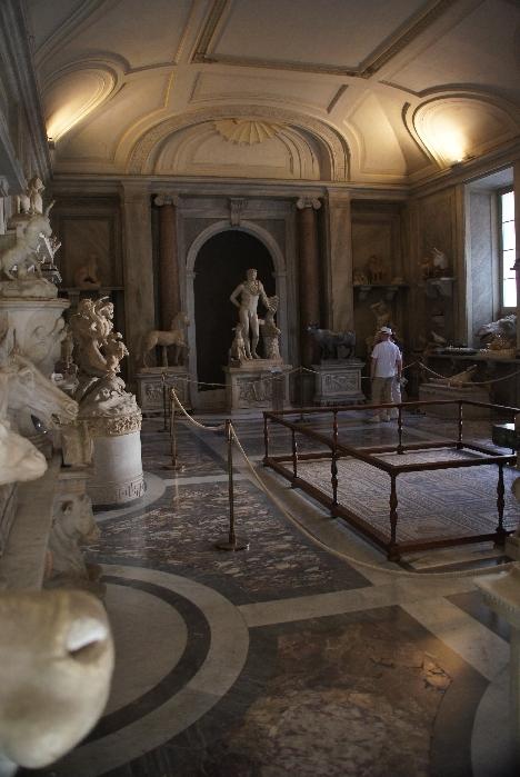 Im hinteren Bereich sieht man die Statue Meleager (Held er kalydonischen Jagd) mit Hund und Eberkopf
