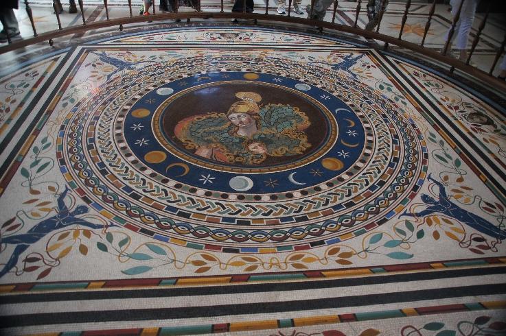 Das Mosaik im Saal des griechischen Kreuzes (Sala a Croce Greca), so benannt nach seiner Form, zeigt im Zentrum eine Athena mit dem Haupt der Medusa auf ihrer Rüstung.