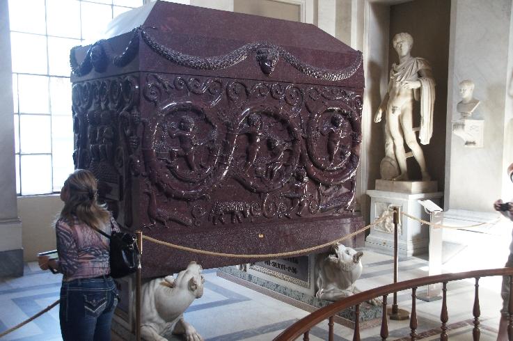 Dies ist der Sarkophag für die sterblichen Überreste einer der Tächter des Kaisers Konstantin. Wahrscheinlich war es Constantina, die 354 n. Chr. gestorben ist. Zuerst stand er in der Basilika S. Agnese, zwischen 1467 und 1471 wurde er dann auf den Platz S. Marco verlagert und 1790 gelangte er von 40 Ochsen gezogen in den Vatikan.