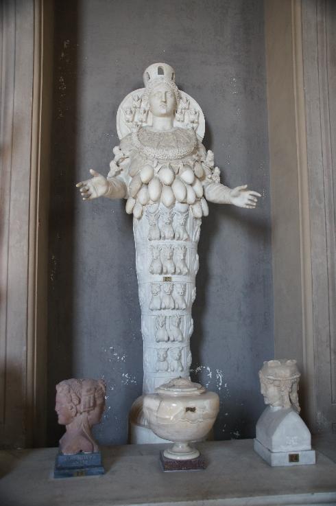 Römische Kopie der Artemis von Ephesos Artemis ist in der griechischen Mythologie die Göttin der Jagd, des Waldes, des Mondes und die Hüterin der Frauen und Kinder. Sie ist die Tochter des Zeus. Ihr entspricht Diana in der römischen Mythologie. Artemis galt immer als Fruchtbarkeitssymbol, daher auch die vielen Brüste.