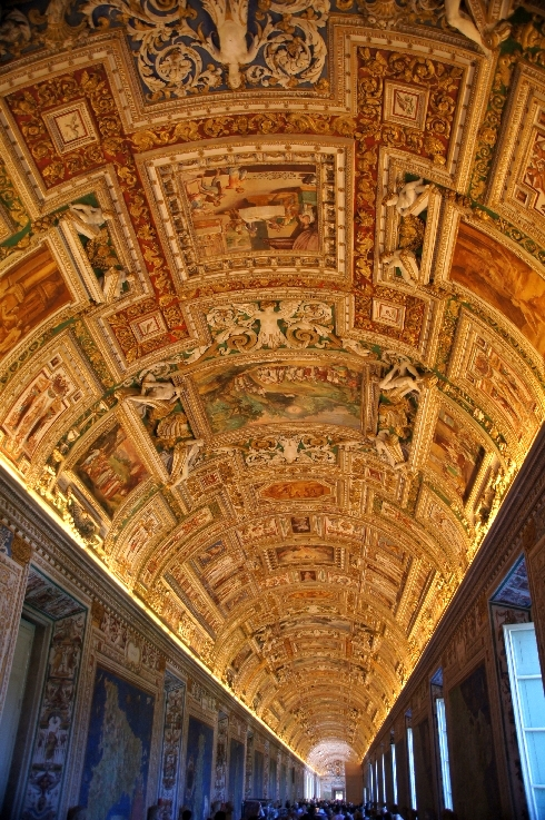 Keine Fresken, nur Farbe auf glatter Gewölbedecke.