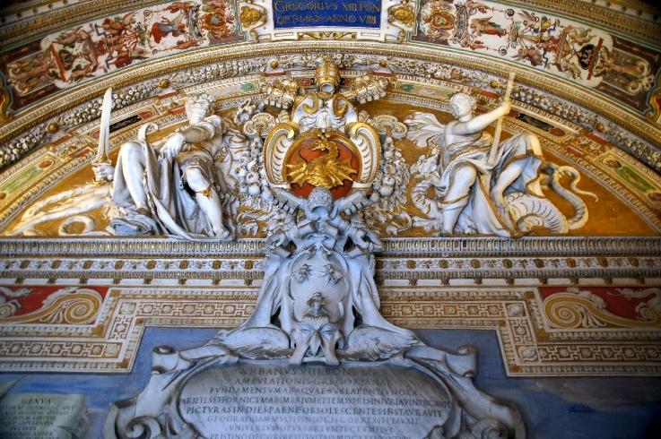 Über einer Tür sind gleich zwei Papstwappen zu sehen, oben das Wappen von Gregor XIII. Boncompagni mit dem Drachen und unten das von Urban VIII. Barberini mit den Bienen.
