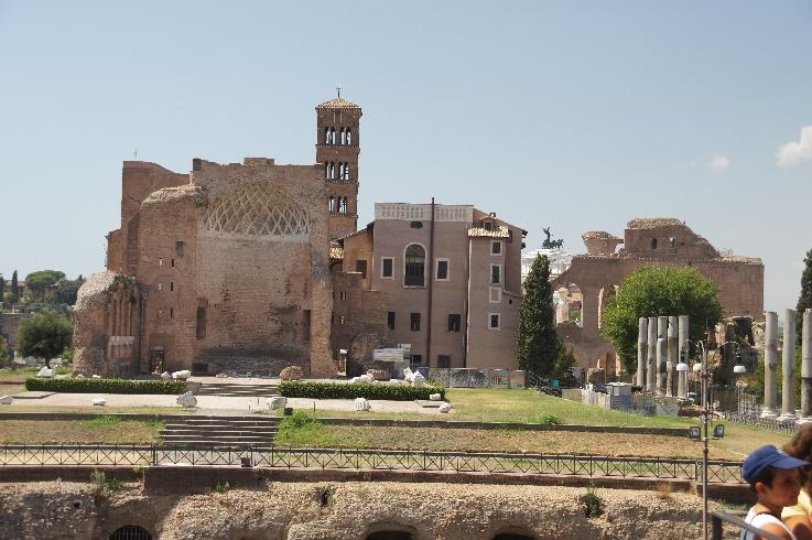 Auf einem künstlichen Hügel steht der größte Tempel Roms, dessen Pläne angeblich von Kaiser Hadrian selbst stammen. Der Doppeltempel war der Venus und der Roma geweiht. Die beiden ursprünglich gleichen Tempel stehen spiegelbildlich Rücken an Rücken.