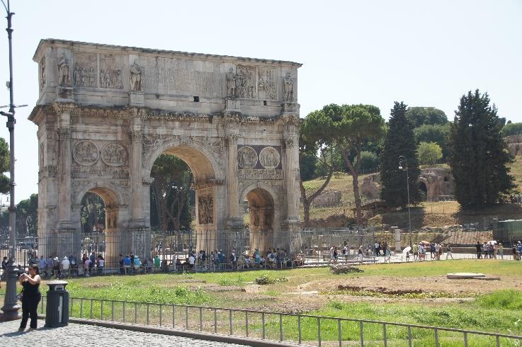 Hier kann man Bildhauerkunst aus dem 2.-4. Jhd. bewundern, weil man den Figurenschmuck aus älteren Monumenten herausgebrochen und hier wieder eingesetzt hat. Daher kann man heute an einem Bauwerk die Bildhauerkunst des 2. – 4. Jahrhunderts bewundern.