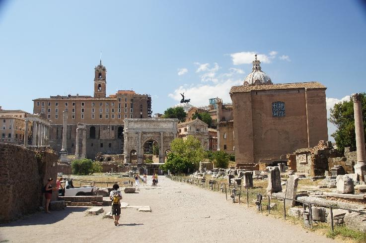 Curia Iulia auf dem Forum Romanum, dahinter die Kuppel von Santi Luca e Martina.