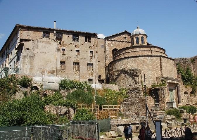 Der Tempel des Romolus oder Iuppiter Stator ist der Rundbau, links daneben der Tempel des Antonius Der Tempel des Romolus (309 n.Chr.) ist evt. nach dem verstorbenen Sohn von Maxentius benannt.