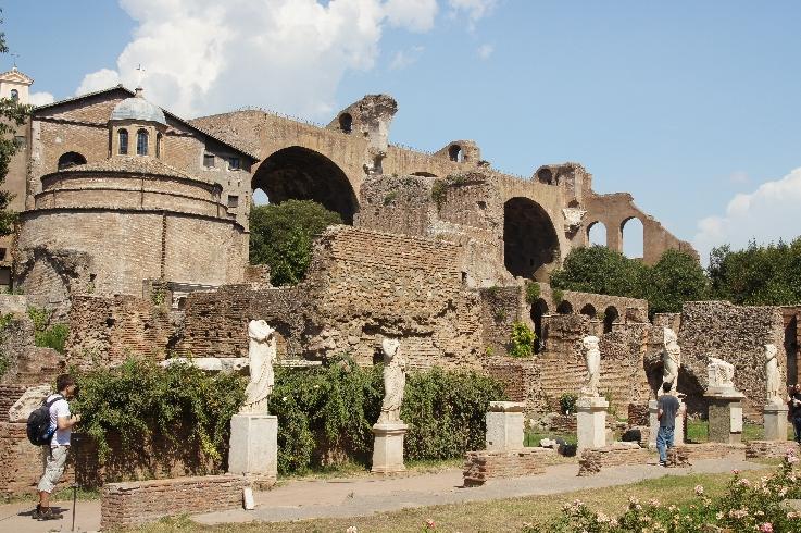 Basilica des Maxentius Längs der Via Sacra liegen die beeindruckenden Ruinen der Basilica des Maxentius.